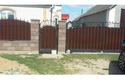Забор из металлоштакета с элементами ковки